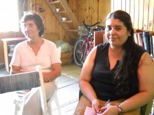 Claudia y Elsa, su mamá, en la radio. Foto Pablo Antonini