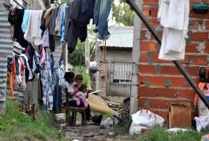 Según un relevamiento del colectivo Tinta Verde, el agua alcanzó entre 1,30 y 1,50 metros y afectó a 52 familias en este asentamiento. Foto Kaloian Santos Cabrera