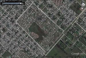 Foto 1: el predio de 81-89, 15-19, en 2004. Foto 2: el mismo predio en 2014, ya con la villa La Cantera y otras.