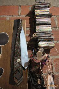 Las corbatas que se encontró Víctor un día en Plaza España siguen colgadas donde las dejó